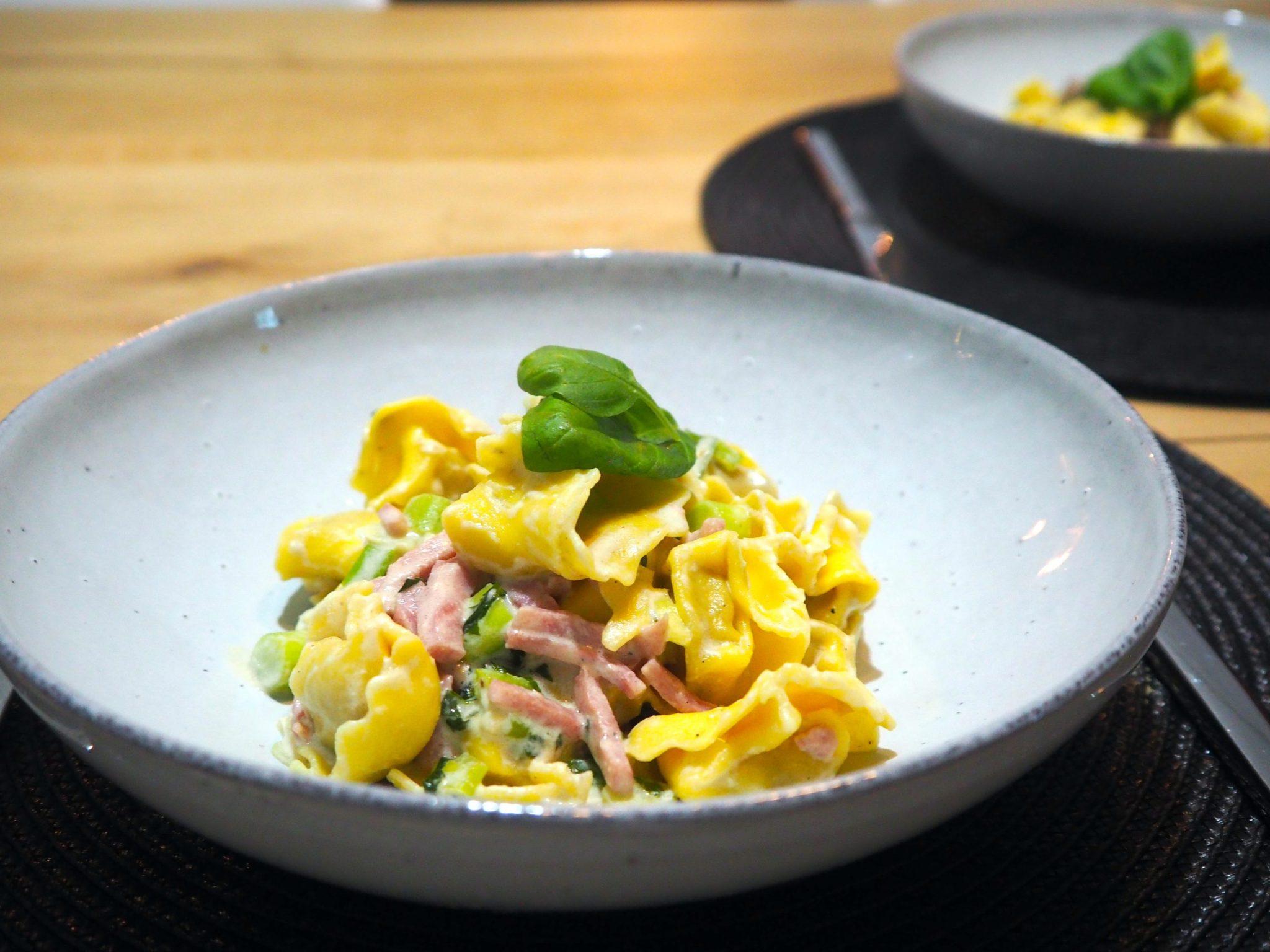 Tortelloni met ham en witte wijnsaus